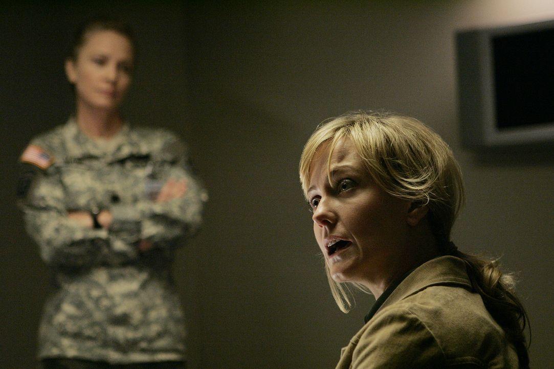 Lieutnant Hollis Mann (Susanna Thompson, l.) hofft, von Jill Reynolds (Lilli Birdsell, r.) Hinweise zum Mord des Captain zu bekommen ... - Bildquelle: CBS Television