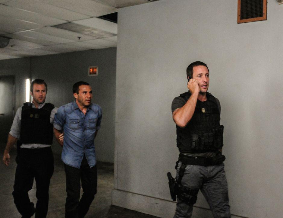 Während Kono versucht, ihre Unschuld zu beweisen, haben Steve (Alex O'Loughlin, r.) und Danny (Scott Caan, l.) den Terroristen Rafael Salgado (Micha... - Bildquelle: 2013 CBS Broadcasting, Inc. All Rights Reserved.