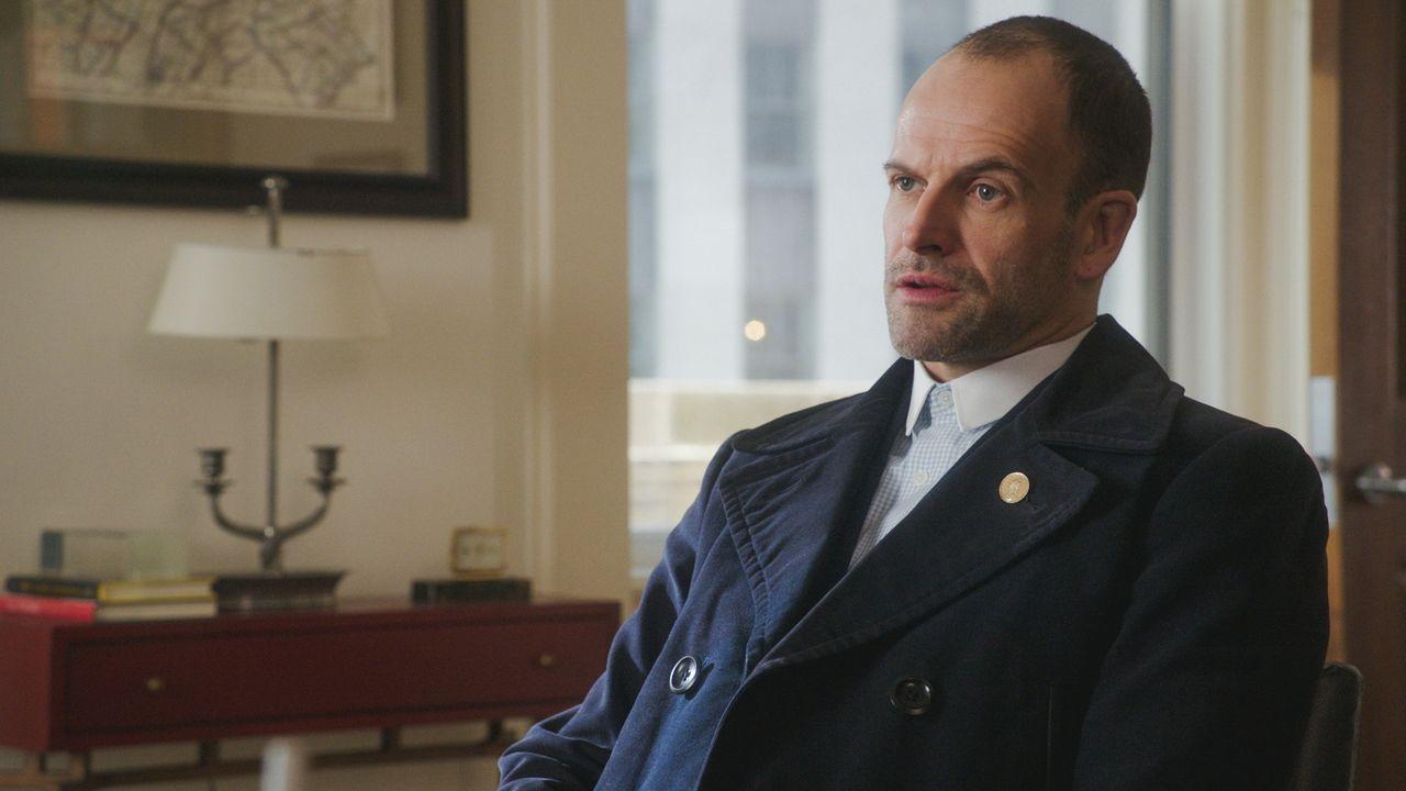 Obwohl die Ermittlungen einige Tücken mit sich bringen, gibt Holmes (Jonny Lee Miller) niemals auf  ... - Bildquelle: 2017 CBS Broadcasting, Inc. All Rights Reserved.