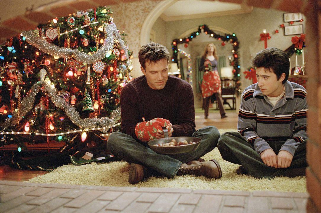 Weihnachten steht vor der Tür. Drew Latham (Ben Affleck, l.) ist am rotieren, denn gerade jetzt hat ihn seine Freundin verlassen. Doch Drew hat ein... - Bildquelle: Telepool GmbH