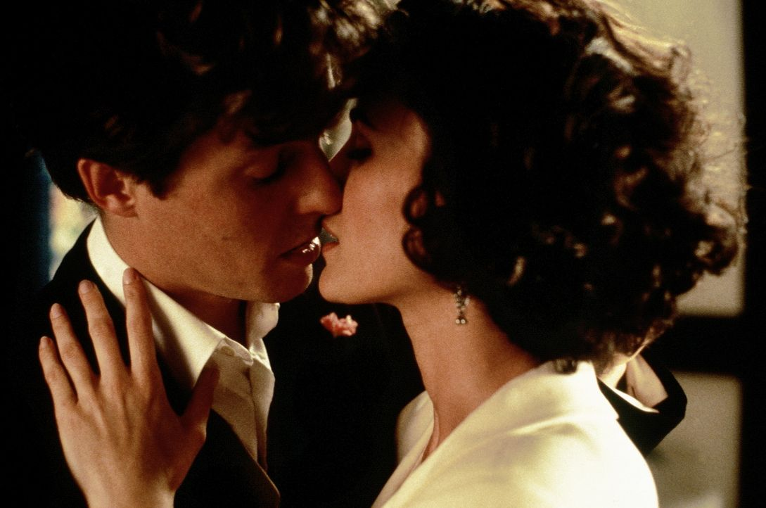 Charles (Hugh Grant, l.) und seine Freunde sind auf der Suche nach der wahren Liebe. Dabei begegnet Charles seiner Traumfrau - Carrie (Andie MacDowe... - Bildquelle: Gramercy Pictures