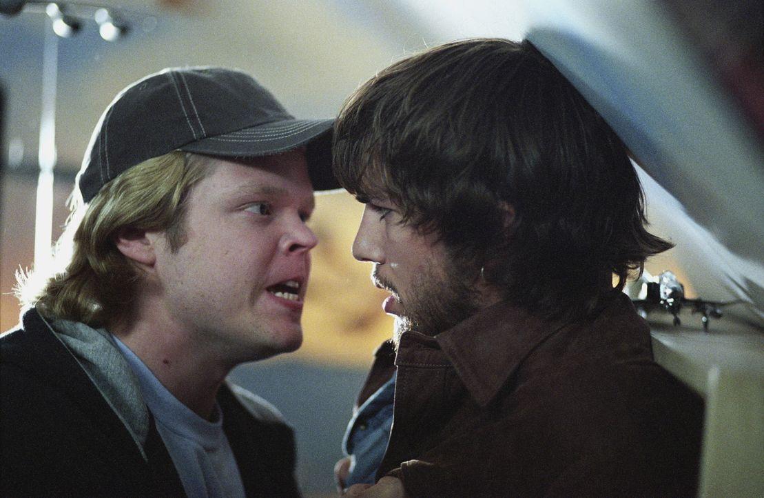 Mit jeder Entscheidung in der Vergangenheit verändert sich auch die Zukunft in unvorhergesehener Weise. Dies müssen Evan (Ashton Kutcher, r.) und... - Bildquelle: Warner Brothers