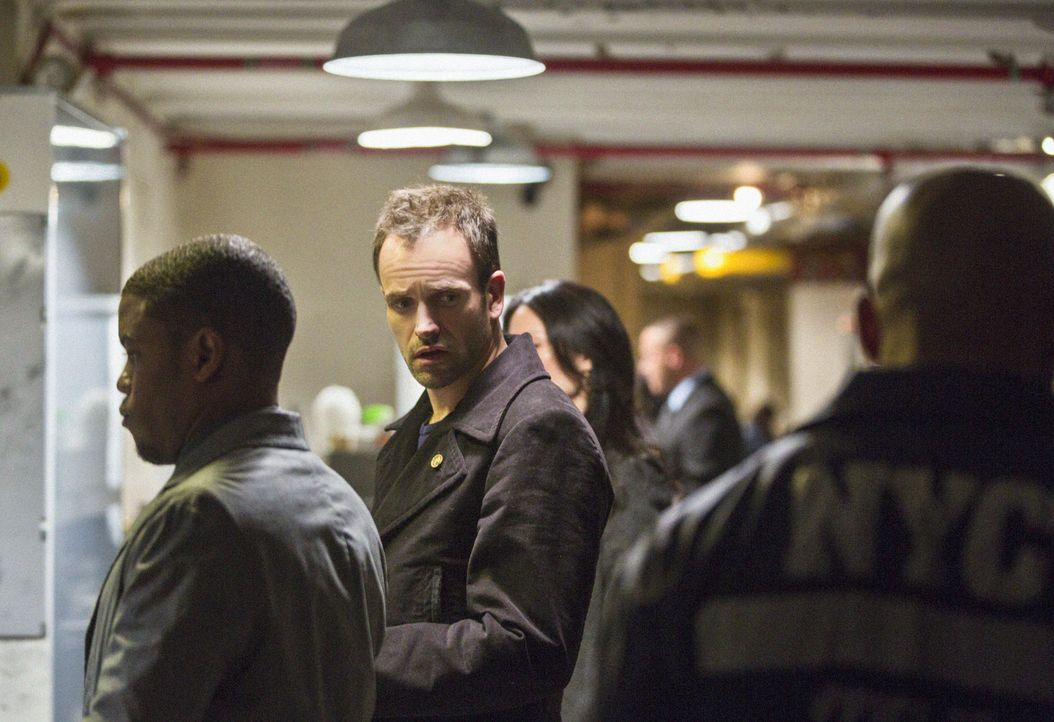 Auf seine ganz besondere Weise, ermittelt Sherlock Holmes (Jonny Lee Miller, M.) in einem neuen Mordfall ... - Bildquelle: Tom Concordia CBS Television