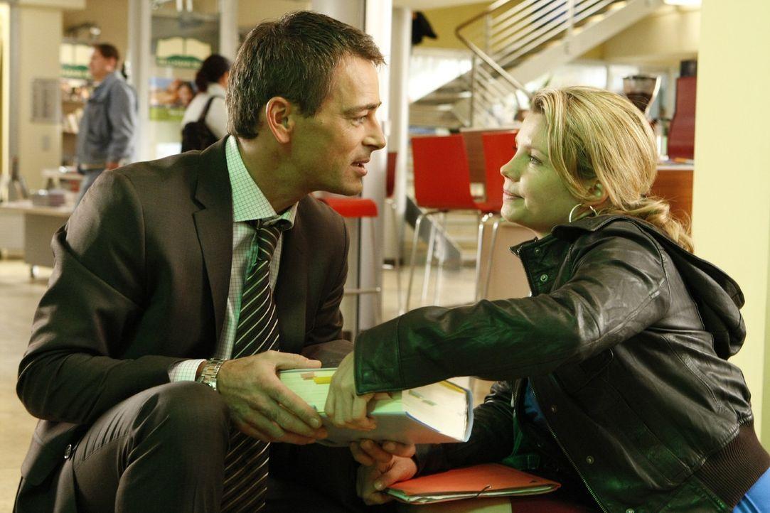 Wird ihr Traum wahr? Oliver (Jan Sosniok, l.) lädt Danni (Annette Frier, r.) zu einem Empfang in seine Anwaltskanzlei ein ... - Bildquelle: SAT.1