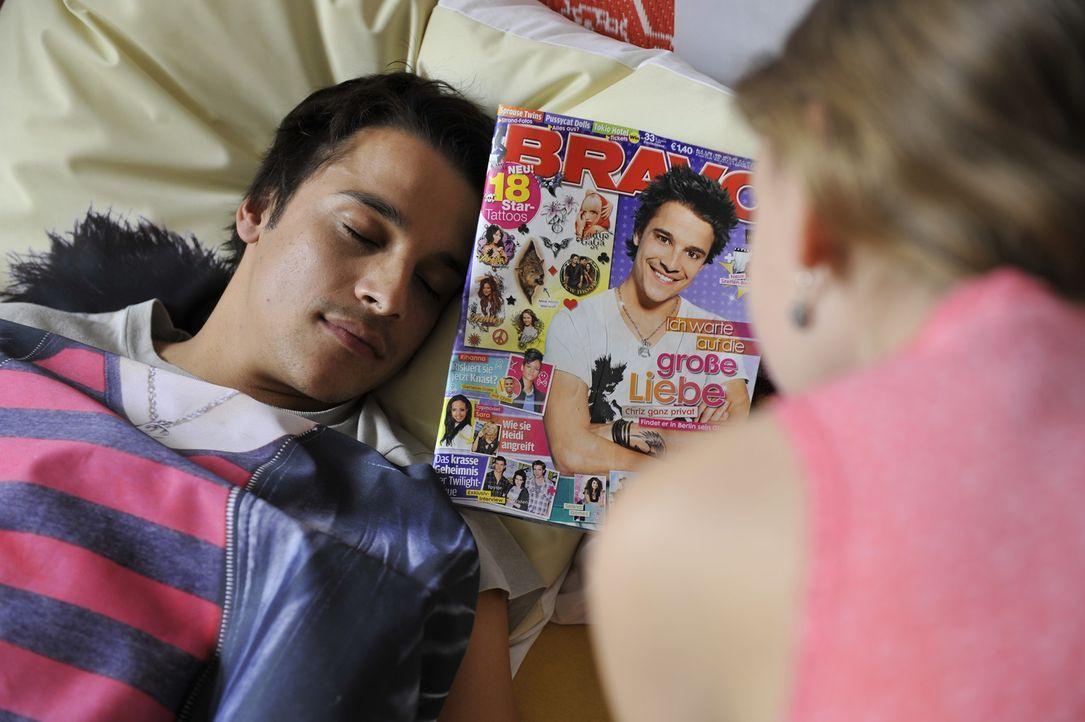 Luzy (Amber Bongard, r.) kann es nicht glauben: In ihrem Bett liegt doch tatsächlich der krass coole Chriz (Kostja Ullmann, l.) ... - Bildquelle: Disney
