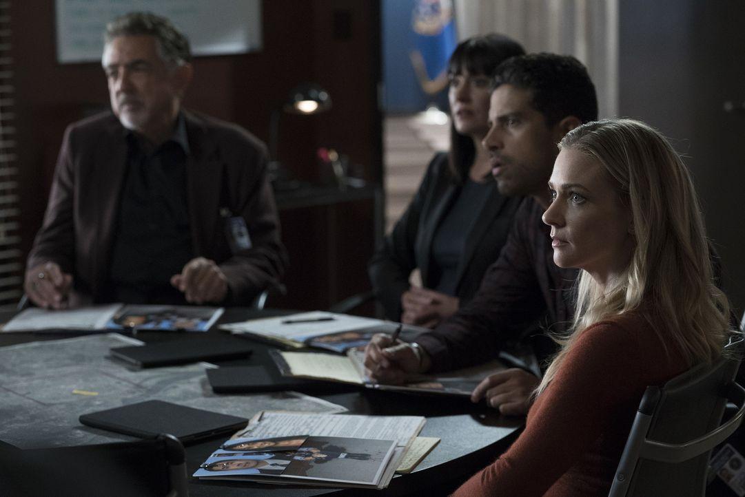 Haben es mit einem Täter zu tun, der es scheinbar nur auf Männer abgesehen hat: (v.l.n.r.) David Rossi (Joe Mantegna), Emily Prentiss (Paget Brewste... - Bildquelle: Cliff Lipson ABC Studios