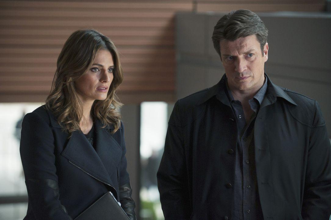 Nach dem Verbot, mit Beckett (Stana Katic, l.) oder dem 12. Revier zu arbeiten, besorgt sich Castle (Nathan Fillion, r.) eine Zulassung als Privatde... - Bildquelle: ABC Studios