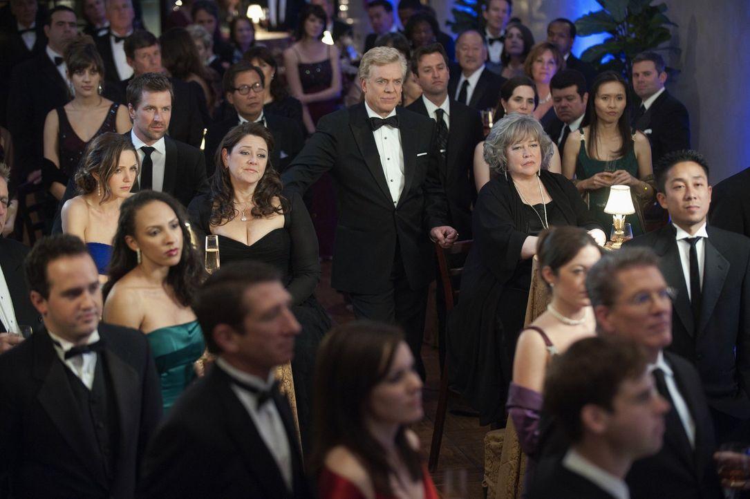 Die Gala der Anwaltskammer steht an. Harry (Kathy Bates, M.r.) und Tommy (Christopher McDonald, M.l.) nehmen natürlich daran teil ... - Bildquelle: Warner Bros. Television