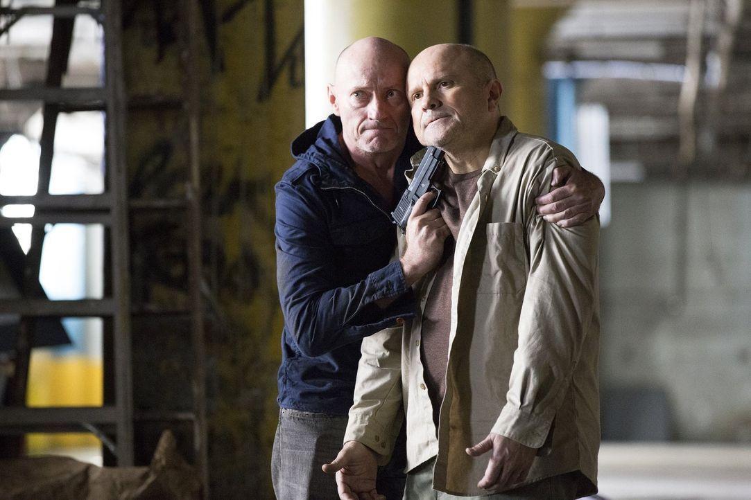 Lauras ehemaligem Captain, Dan Hauser (Enrico Colantoni, r.) und seinem Komplizen Thomas Mullens (Jamie Jackson, l.) gelingt es, aus dem Gefängnis a... - Bildquelle: 2015 Warner Bros. Entertainment, Inc.