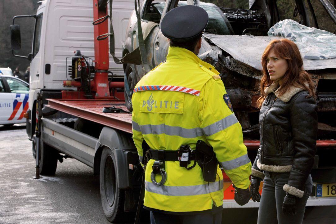 Ist die verkohlte Leiche in einem Autowrack, das in Frankreich gefunden wurde, Evas (Gabriella Pession, r.) Freundin und Kollegin? - Bildquelle: 2013 Tandem Productions GmbH, TF1 Production SAS. All rights reserved