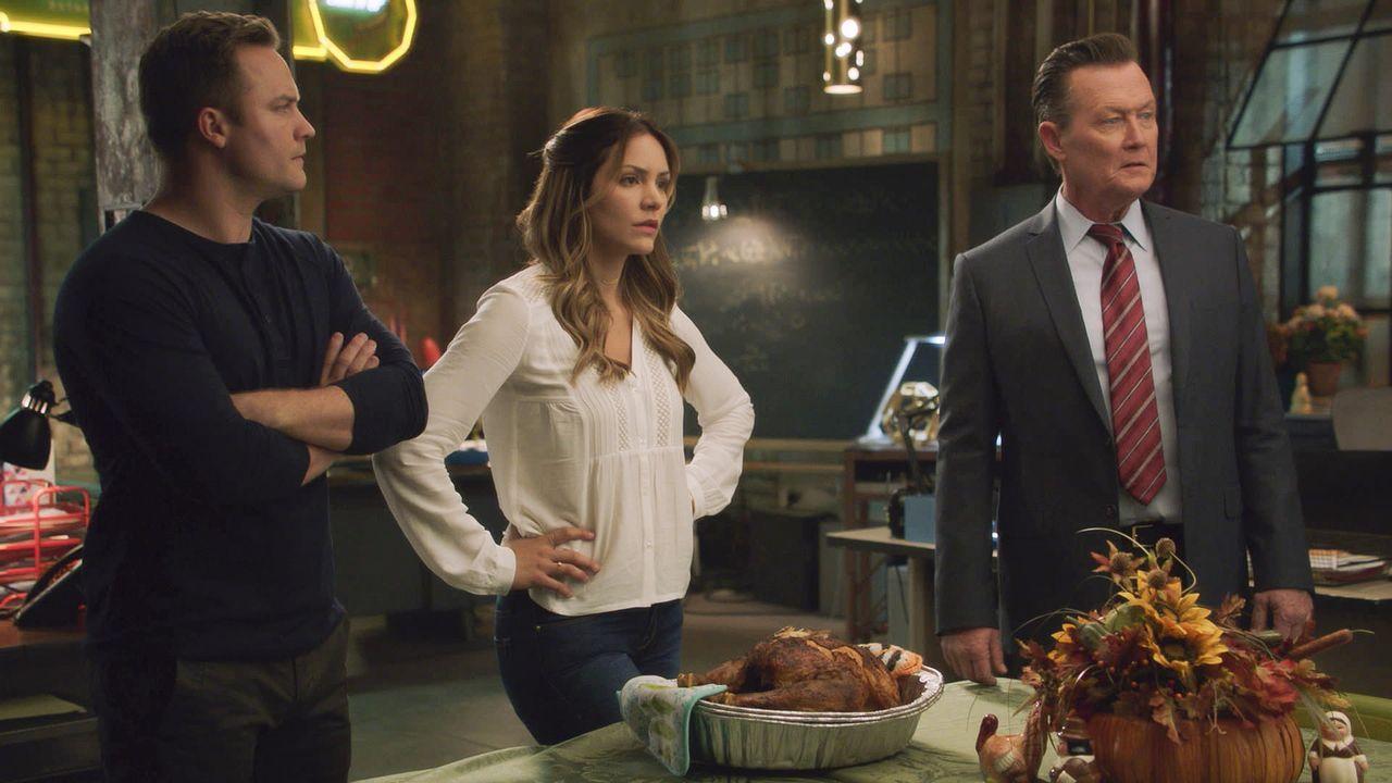 Thanksgiving steht vor der Tür, doch auch für Tim (Scott Porter, l.), Paige (Katharine McPhee, M.) und Cabe (Robert Patrick, r.) wird das Familienfe... - Bildquelle: 2016 CBS Broadcasting, Inc. All Rights Reserved.