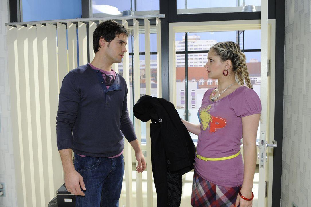 Mia (Josephine Schmidt, r.) versucht Alexander (Paul Grasshoff, l.) zu überzeugen, die Flinte nicht ins Korn zu werfen ... - Bildquelle: SAT.1