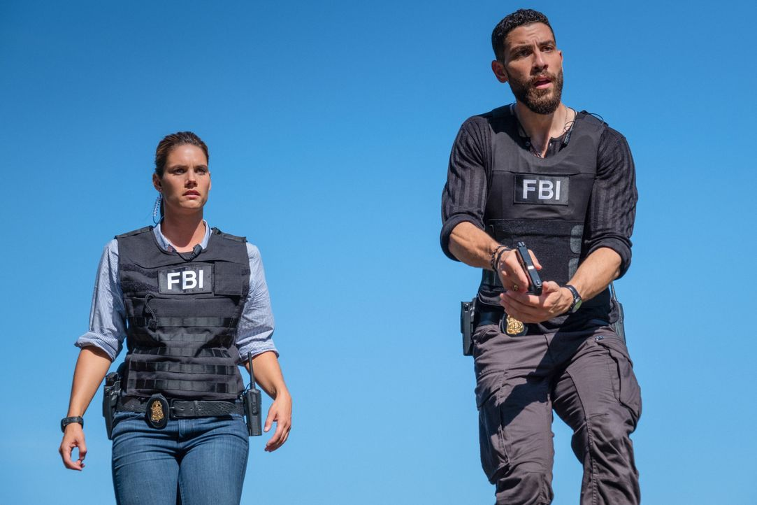 Special Agent Maggie Bell (Missy Peregrym, l.); Special Agent Omar Adom 'OA' Zidan (Zeeko Zaki, r.) - Bildquelle: Mark Schafer 2019 CBS Broadcasting, Inc. All Rights Reserved. / Mark Schafer