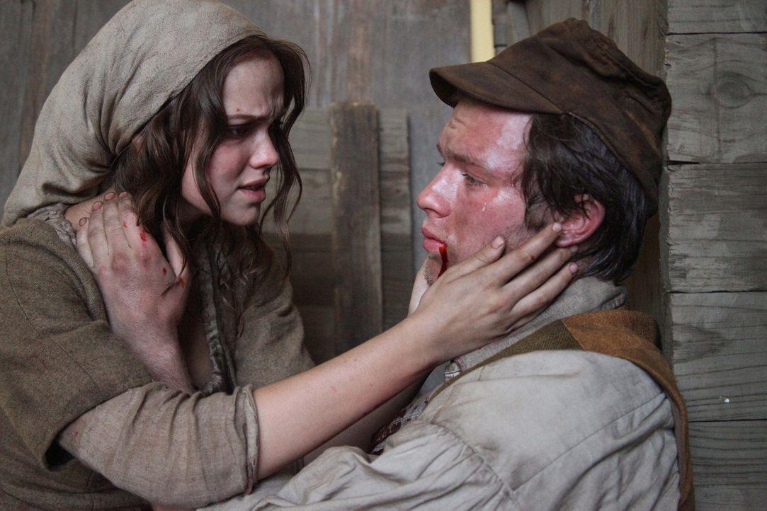 Noch auf dem Sterbebett bittet Mats (Jannis Niewöhner, r.) seine Frau Mila (Emilia Schüle, l.), nach Amerika auszuwandern, um dort in Freiheit ein... - Bildquelle: Boris Guderjahn SAT.1