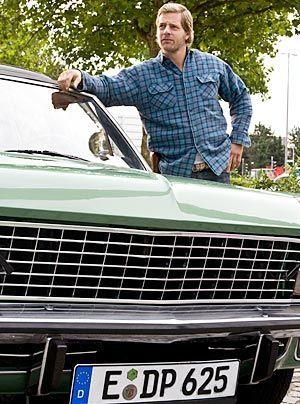 Steht immer noch auf die Autos aus den 80ern: Mick (Henning Baum). - Bildquelle: Sat1