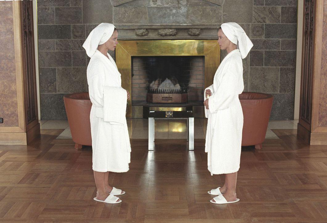 Katharina (Ann-Kathrin Kramer, l.) und Maria (Ann-Kathrin Kramer, r.) begegnen sich zum ersten Mal im Hotel. - Bildquelle: Sat.1