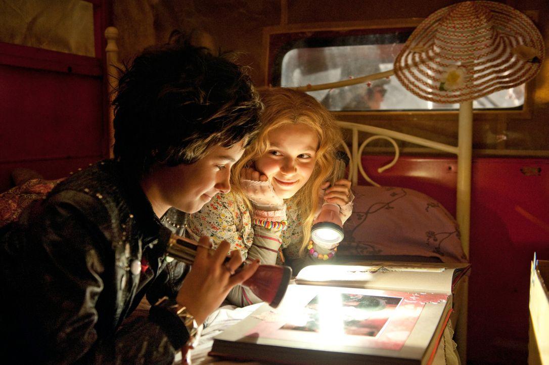 Noch sind Silvania (Marta Martin, r.) und Dakaria (Laura Roge, l.) voller Vorfreude auf das neue Leben in München, doch dann wird ihnen klar, dass s... - Bildquelle: 2012 Sony Pictures Television, Inc. All Rights Reserved.