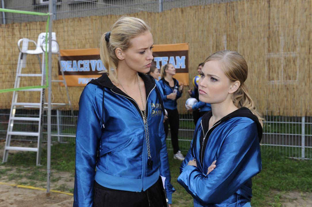 Caro (Sonja Bertram, r.) muss sich eine Taktik überlegen, um Sophie in das Volleyballteam zurückzuholen. wird Alexandra (Verena Mundhenke, l.) ihr... - Bildquelle: SAT.1
