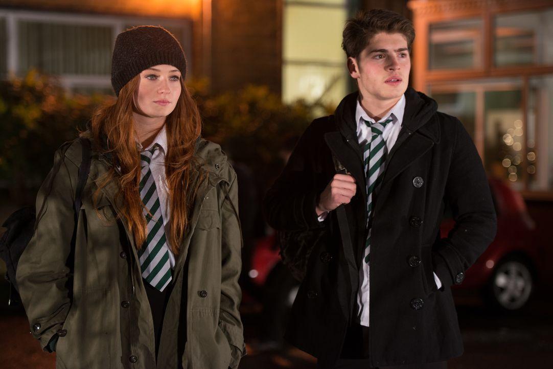Weil die Schülerin Fay (Sophie Turner, l.) das Gefühl hat, dass jemand sie verfolgt, der aber nie in Erscheinung tritt, zweifelt sie mehr und mehr a... - Bildquelle: 2014 Twentieth Century Fox Film Corporation.  All rights reserved.