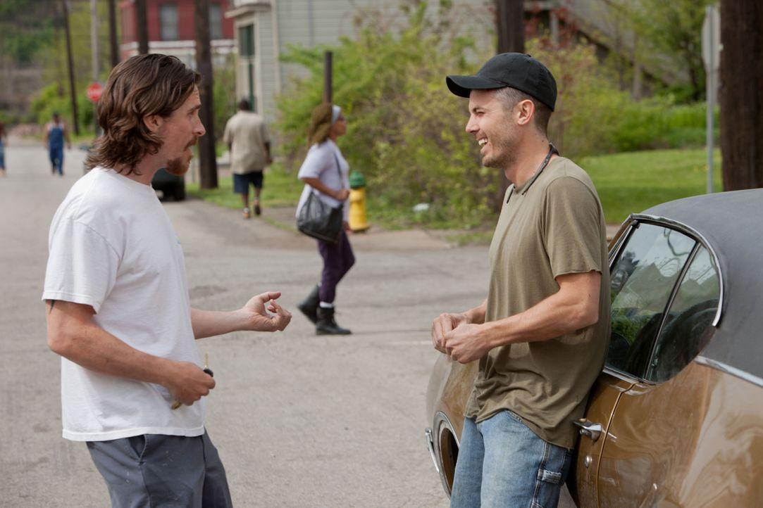Schon immer war der Stahlarbeiter Russell Baze (Christian Bale, l.) der verantwortungsbewusstere Sohn und auch Schutzengel für seinen jüngeren, unzu... - Bildquelle: Kerry Hayes 2012 Relativity Media