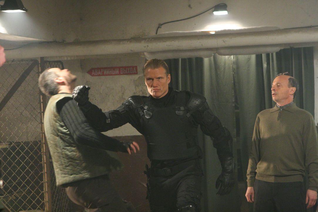 Kehrt zurück und macht sofort klar, wer hier zukünftig das Sagen hat: Ex-Universal Soldier Andrew Scott (Dolph Lundgren, M.) ... - Bildquelle: 2009, Signature Pictures, Foresight Unlimited