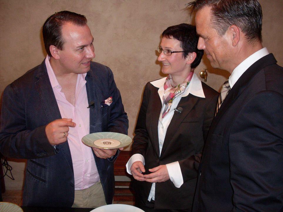 Auf der Suche nach edlen Accessoires für sein neues Restaurant: Tim Raue (l.) ... - Bildquelle: SAT.1