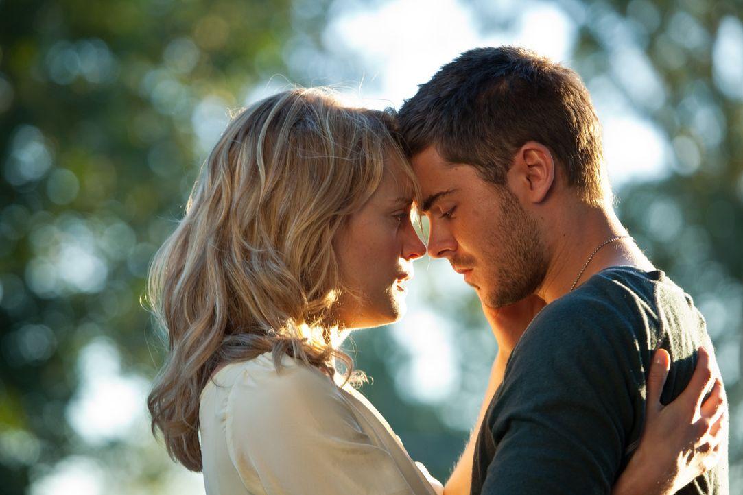 Beth Clayton (Taylor Schilling, l.); Logan Thibault (Zac Efron, r.) - Bildquelle: Warner Bros.