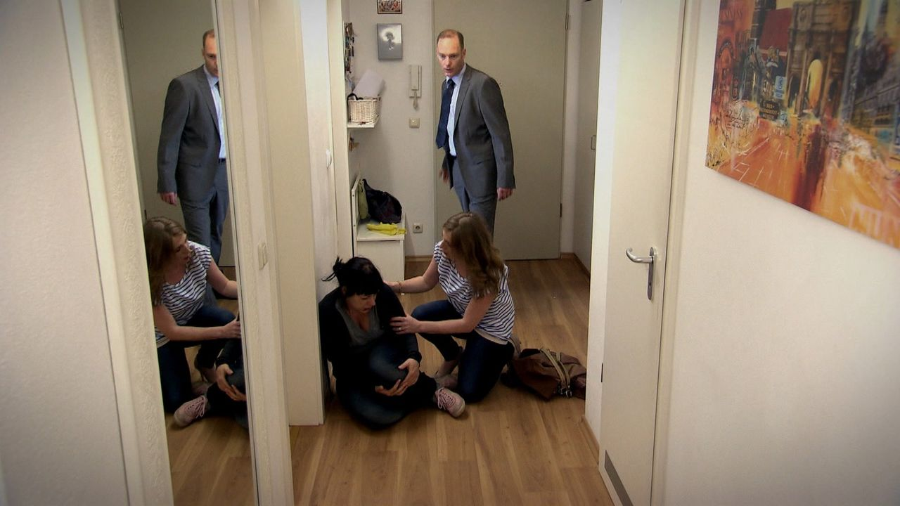 Anne (l.) ist auf den ersten Blick eine glückliche Hausfrau und Mutter einer Tochter. Doch in ihren vier Wänden durchlebt die Ehefrau die Hölle:... - Bildquelle: SAT.1