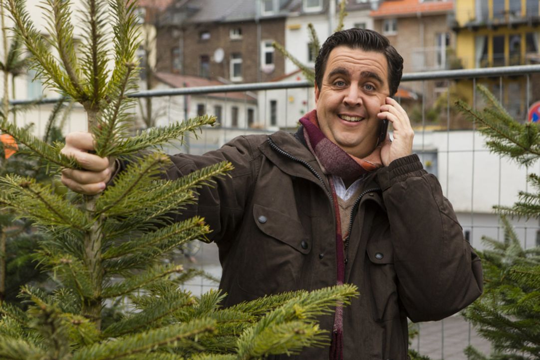 Heiligabend: Bastian (Batian Pastewka) bekommt von Freundin Anne die undankbare Aufgabe, den Baum für das diesjährige Familien-Weihnachtsfest zu b... - Bildquelle: Frank Dicks SAT.1