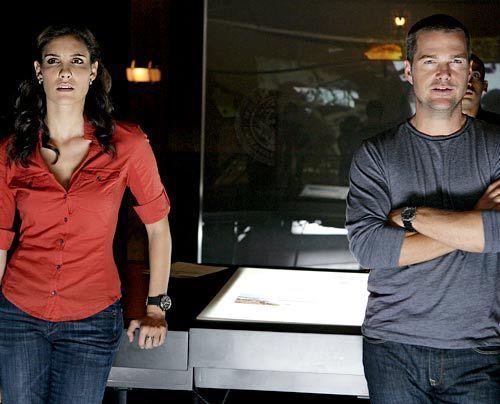 Machen sich mit ihrem neuen Fall vertraut: Special Agent Kensi Blye (Daniella Ruah) und Special Agent Callen (Chris O'Donnell)...   - Bildquelle: CBS Studios Inc