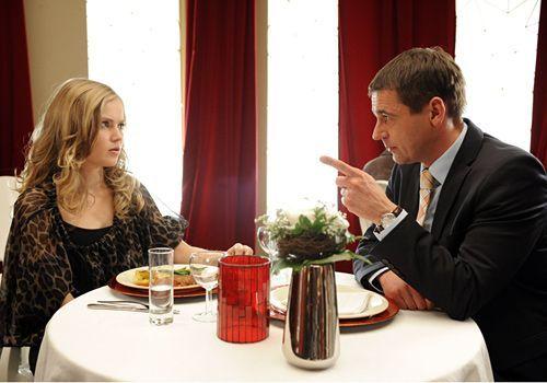 Caro (Sonja Bertram, l.) hatte auf die Nachricht, dass sie von Stefan (Ulrich Drewes, r.) schwanger ist, eine andere Reaktion von ihm erwartet. Er m... - Bildquelle: Christoph-Assmann - Sat1