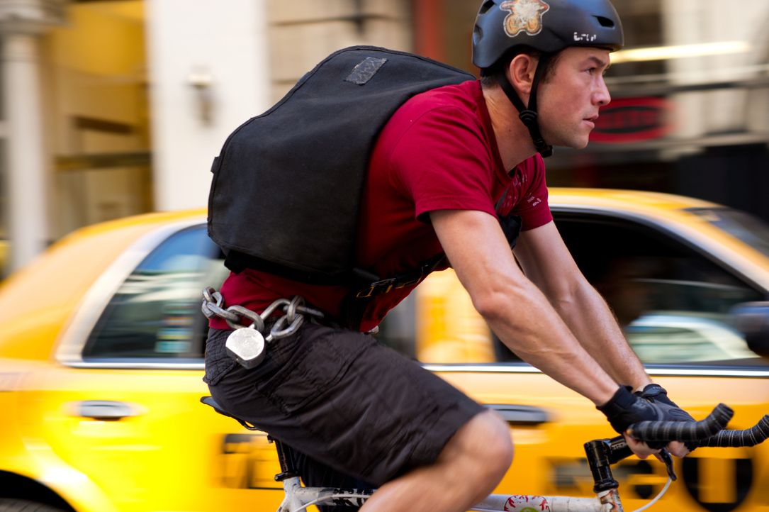 Kurz vor Feierabend soll Fahrradkurier Wilee (Joseph Gordon-Levitt) noch eine Expresslieferung ausliefern. Doch kaum hat er den Umschlag verstaut, d... - Bildquelle: 2012 Columbia TriStar Marketing Group, Inc.  All rights reserved.