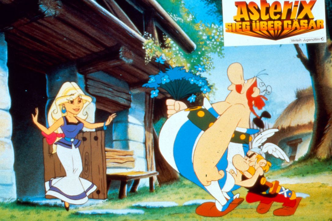 Asterix (r.) muss seinem verliebten Freund Obelix (M.) Mut zusprechen, damit der sich traut, der schöne Falbala (l.) sein Geschenk zu überreichen ..... - Bildquelle: Jugendfilm-Verleih GmbH