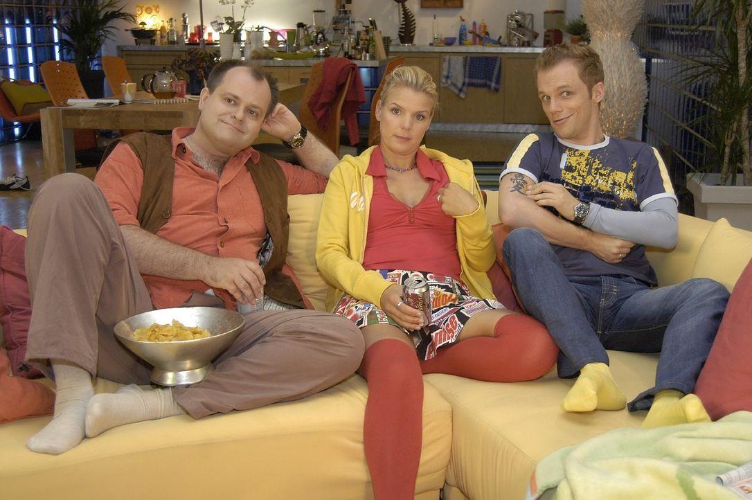 """Mit den """"Dreisten Drei"""" Markus (l.), Mirja (M.) und Ralf (r.) von Deutschlands beliebtester Comedy-WG verspricht auch der Fernsehabend auf der Couch... - Bildquelle: Oliver S. Sat.1"""