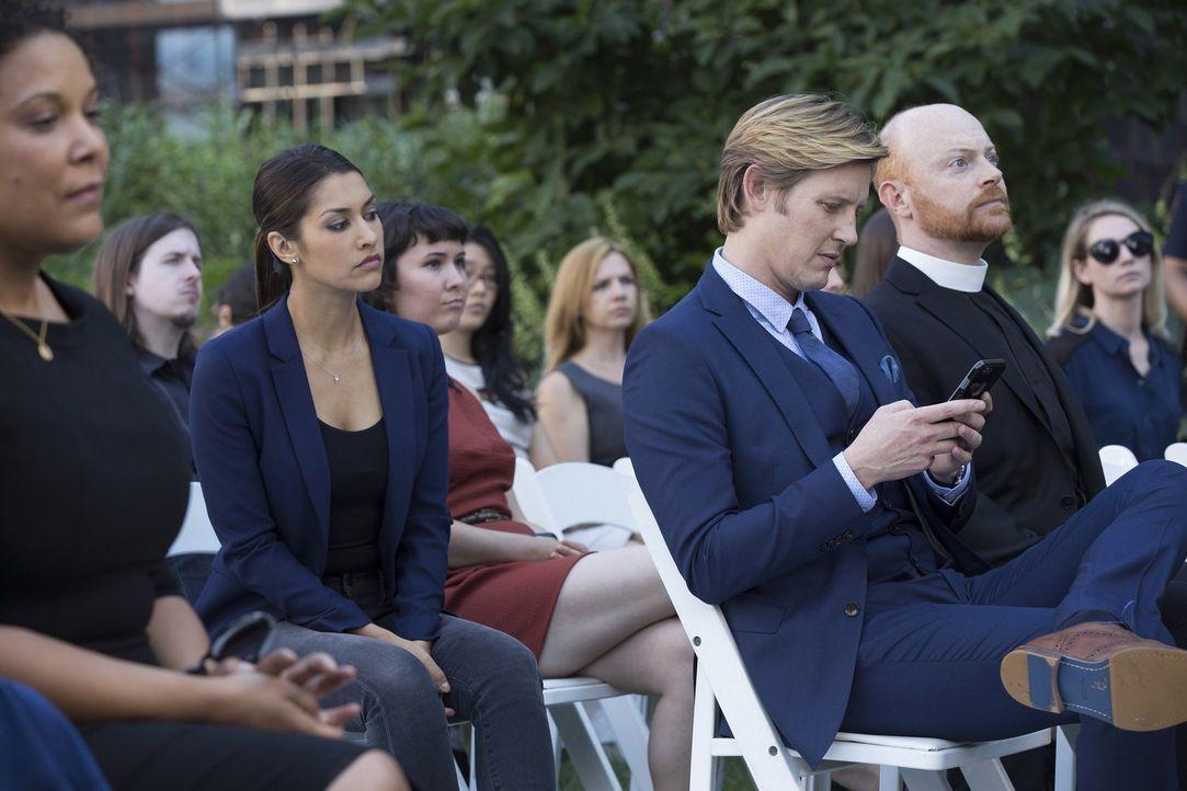 Meredith (Janina Gavankar, 3.v.l.) wird hellhörig, als Shane (Gabriel Mann, 3.v.r.) auch auf der Beerdigung seines ermordeten Freundes die ganze Zei... - Bildquelle: 2015 Warner Bros. Entertainment, Inc.