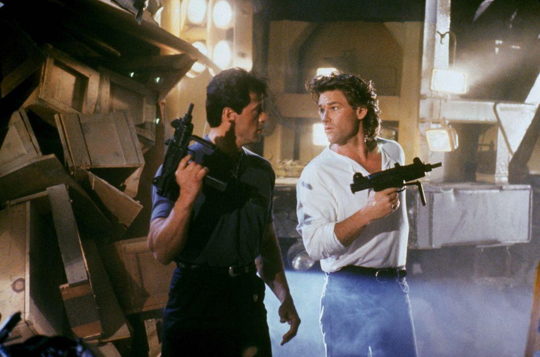 Seit einiger Zeit ermitteln die draufgängerischen Cops Tango (Sylvester Stallone, l.) und Cash (Kurt Russell, r.) gegen den Verbrecherboss Yves Per... - Bildquelle: Warner Brothers