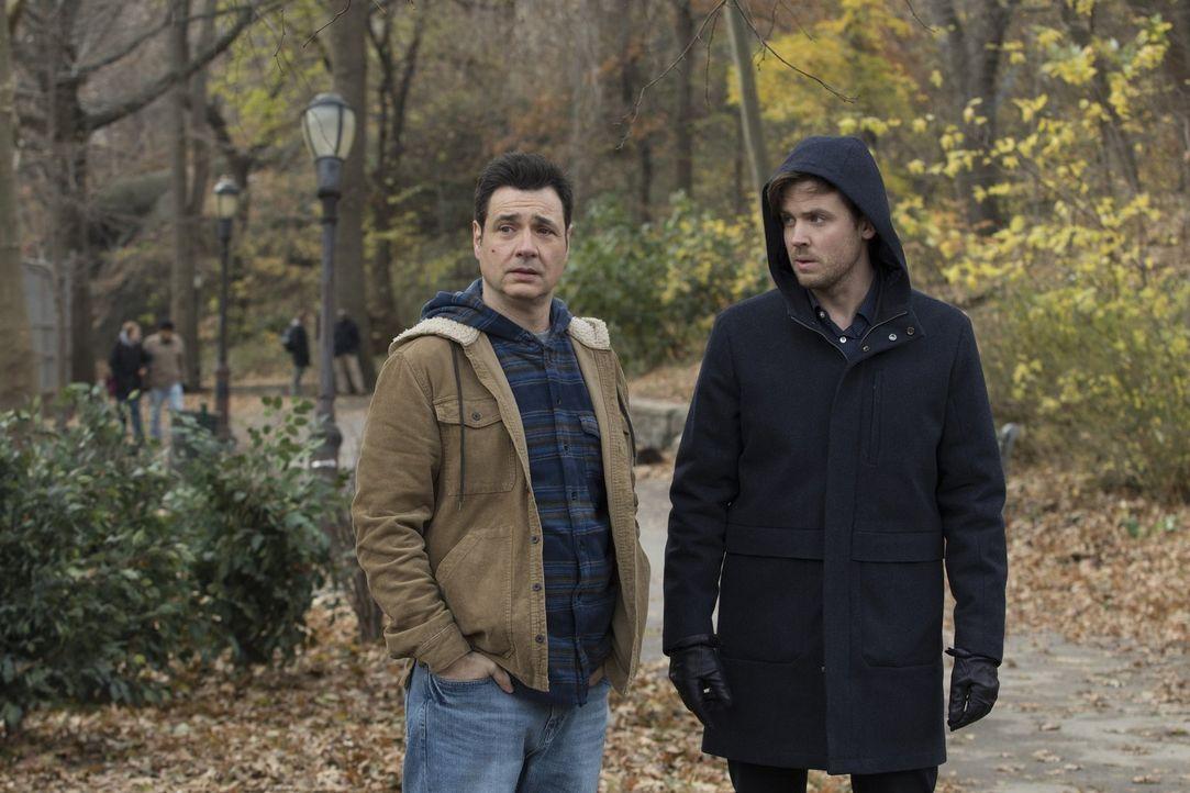 (v.l.n.r.) Officer Howie Maslin (Adam Ferrara); Cameron Black (Jack Cutmore-Scott) - Bildquelle: Warner Bros.