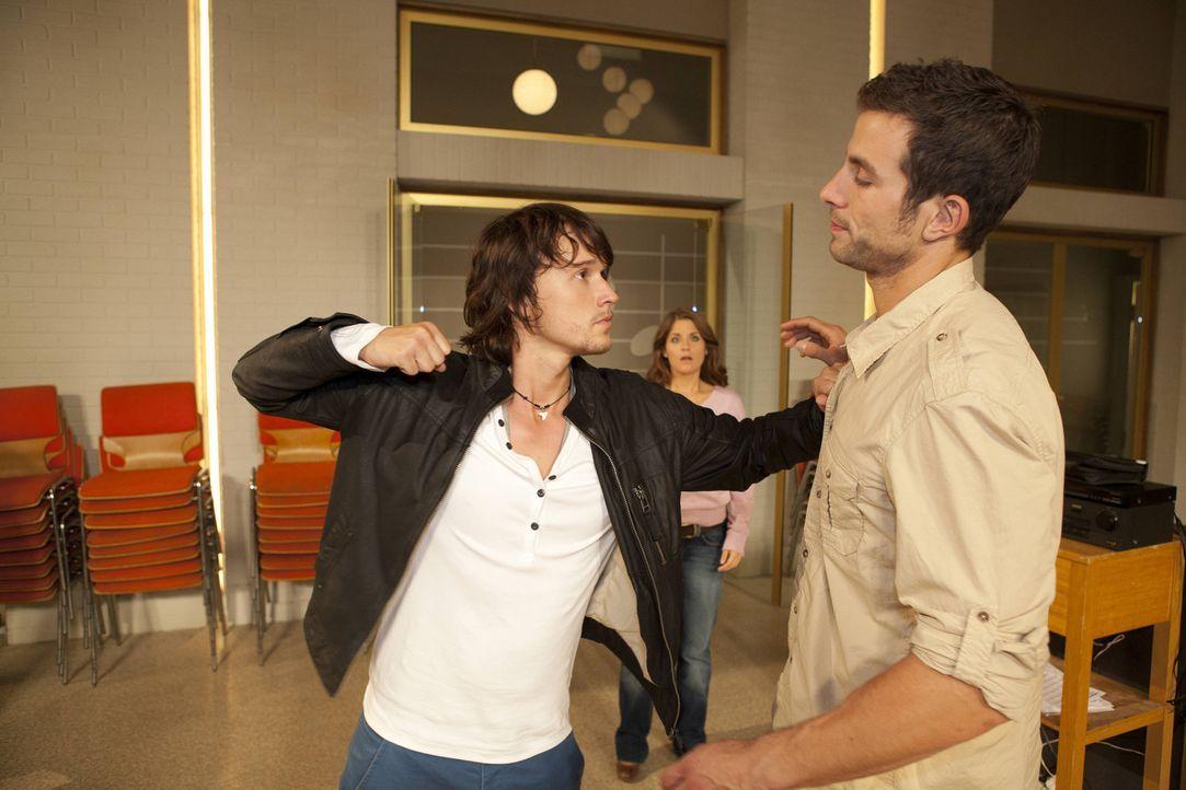 In einer Coachingstunde mit Ben (Christopher Kohn, l.) lässt Michael (Andreas Jancke, r.) sich entlocken, dass Bea (Vanessa Jung, M.) ihm gefällt.... - Bildquelle: SAT.1