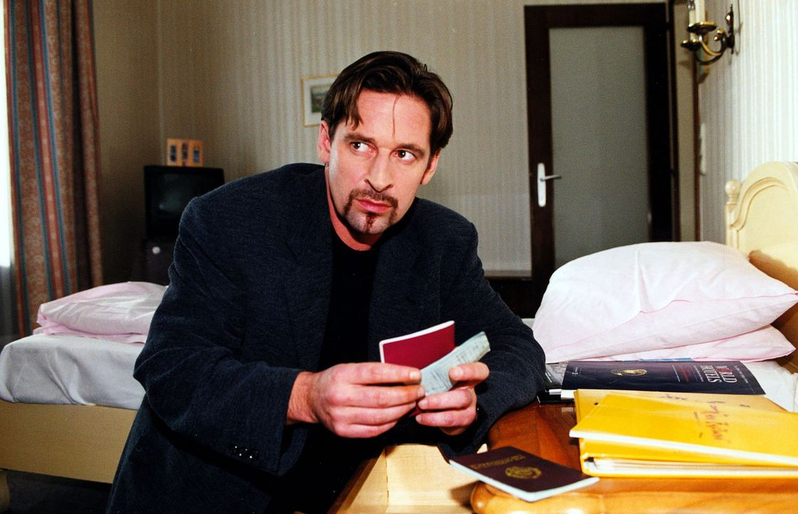 Der berüchtigte Bankräuber Hanusch (Max Tidof) bereitet sich auf seine Flucht vor. - Bildquelle: Sat.1