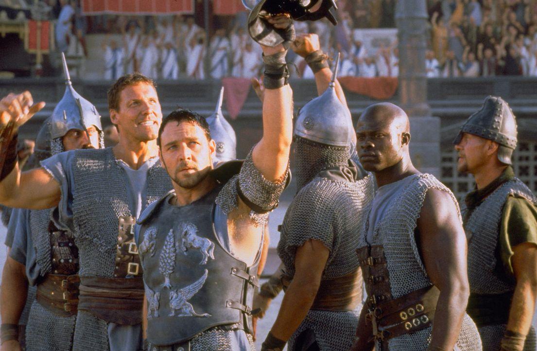Maximus (Russell Crowe, vorne M.) begeistert in Rom als Gladiator die Massen, die nicht wissen, welches Schicksal diesen Mann in die Kampfarena getr... - Bildquelle: Universal Pictures