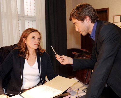 Julian droht Gabriele unverhohlen und legt ihr Nahe, den Posten zu räumen ... - Bildquelle: Christoph Assmann - Sat1