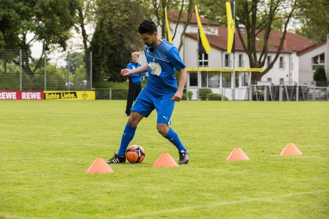 Oliver Pocher (l.) stellt seine Mannschaft für das große Spiel gegen den BVB zusammen. Wird es Mustafa Oez (r.) ins Team schaffen? - Bildquelle: Frank Dicks SAT.1