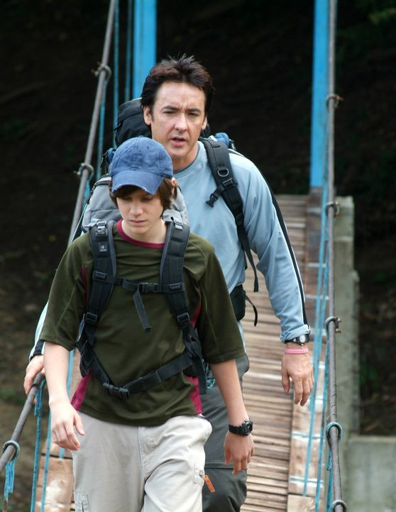Seit dem Tod seiner Frau haben Ray (John Cusack, hinten) und Sohn Chris (Jamie Anderson, vorne) große Probleme miteinander. Da beschließen sie, ge... - Bildquelle: Millennium Films