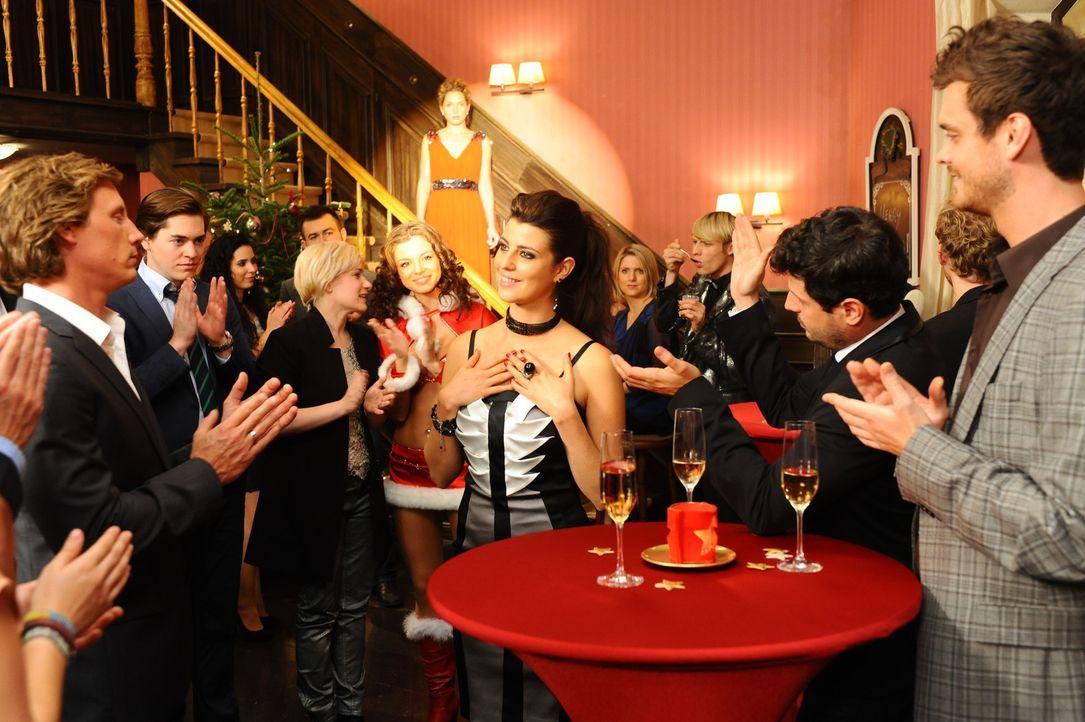 Nina realisiert, dass Carla (Sarah Mühlhause, M.) alle Bewunderung einheimst, die ihr gelten müsste ... - Bildquelle: SAT.1