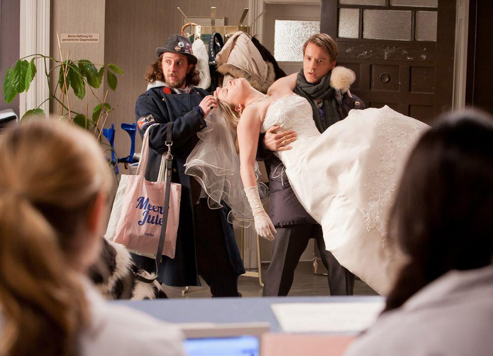 Während eines Einkaufs fällt David (Max von Pufendorf, r.) und Düse (Marian Meder, l.) buchstäblich eine Braut (Caroline Maria Frier, liegend) i... - Bildquelle: Conny Klein SAT.1