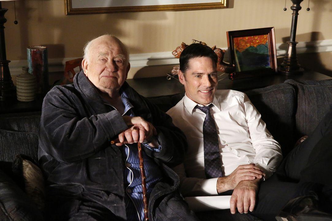 Das BAU-Team ermittelt in einem neuen Fall, während Hotch (Thomas Gibson, r.) mit seinem Schwiegervater Roy (Edward Asner, l.) Frieden schließen mus... - Bildquelle: ABC Studios