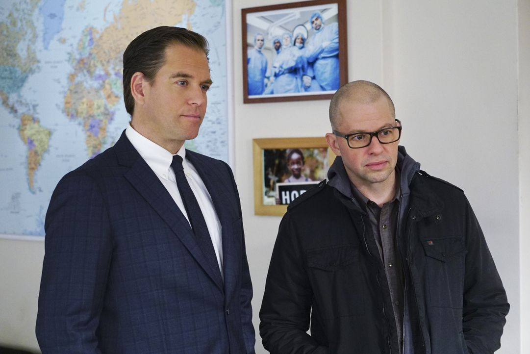 Ermitteln gemeinsam in einem neuen Fall: Tony (Michael Weatherly, l.) und Doktor Cyril Taft (Jon Cryer, r.) ... - Bildquelle: Sonja Flemming 2016 CBS Broadcasting, Inc. All Rights Reserved