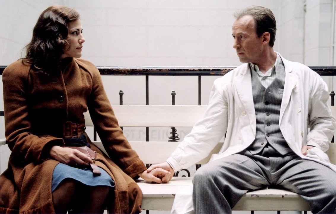 Luise (Bettina Zimmermann, l.) beichtet Alex (Ulrich Noethen, r.), dass sie schwanger ist und das Kind abtreiben wollte. - Bildquelle: Stephan Rabold Sat.1