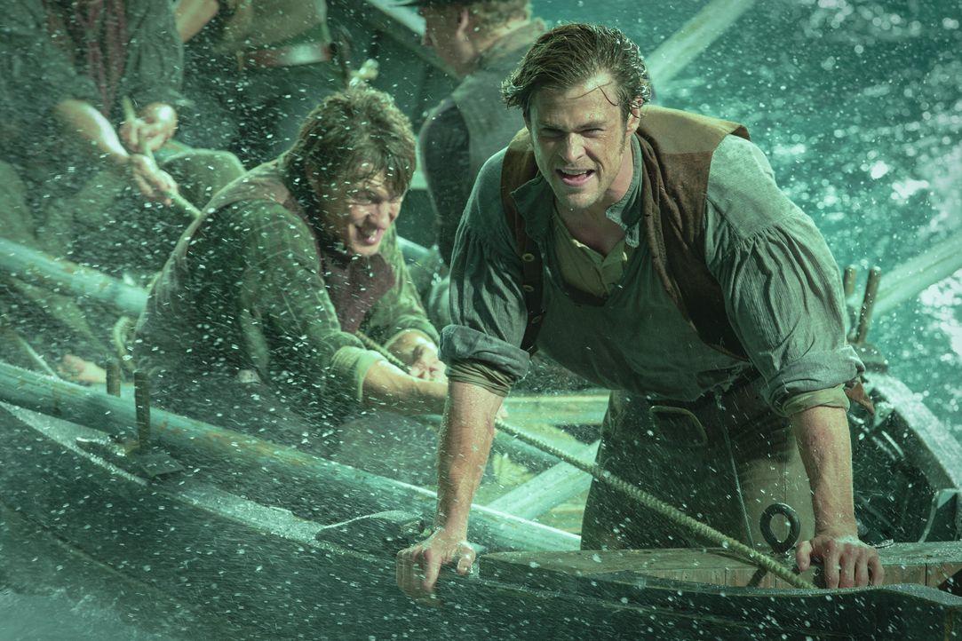 Um am Leben zu bleiben, müssen Offizier Owen Chase (Chris Hemsworth, r.) und die Überlebenden des brutalen Walangriffs an ihre körperlichen und psyc... - Bildquelle: Warner Bros.