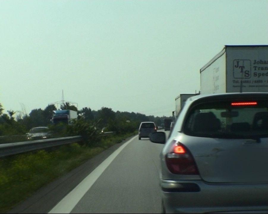 Sie rasen und drängeln, lichthupen und überholen links: Auf der A7 rasten viele Fahrer aus. Doch die Autobahnpolizei ist ihnen auf den Fersen... - Bildquelle: Sat.1